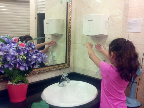 Bên trong nhà vệ sinh miễn phí có gương, máy sấy tay, hoa trang trí và nhạc du dương. Ảnh- Khánh Ly