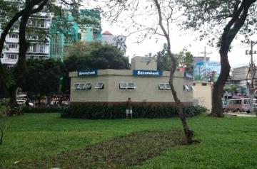 Một người trút bầu tâm sự ngay bên ngoài nhà vệ sinh miễn phí tại công viên Lê Văn Tám, quận 1. Ảnh- Khổng Loan